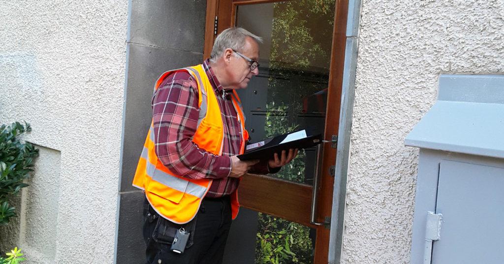 Lennart Levander utför en trygghetsbesiktning i Sätra